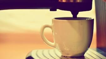 Macchina espresso che produce un caffè.