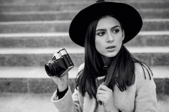 Macchina fotografica della donna per uso felice
