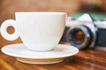 Macchina fotografica e caffè