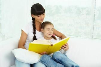 Madre e figlia lettura insieme