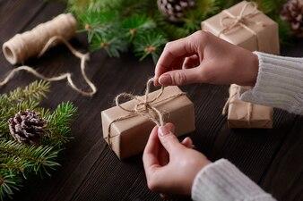 Mani che legano il nodo della serie di confezioni regalo