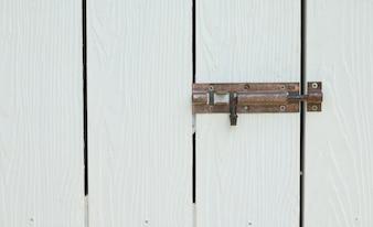 Manico arrugginito in metallo sulla porta di legno