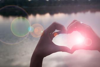 Mano a forma di cuore d'amore