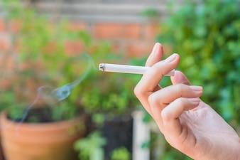 Mano che tiene sigaretta