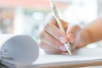 Mano con la penna su modulo di domanda