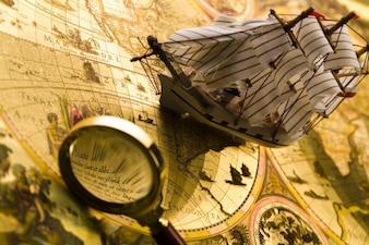Mappa del tesoro con barca e lente d'ingrandimento
