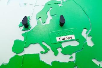 Mappa dell'Europa con puntine da disegno