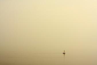 Mare con una barca paesaggio