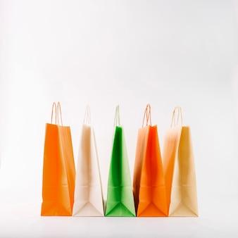 Mazzo di sacchetti di carta colorati