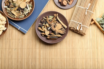 Medicina tradizionale cinese sulla scrivania di bambù