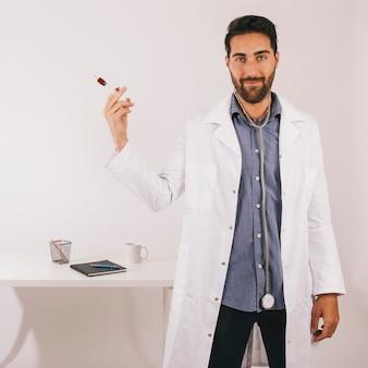 Medico al suo ufficio con un sangue