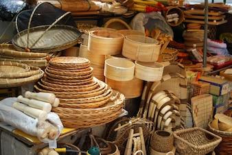 Mercato asiatico di cestini di bambù e vimini