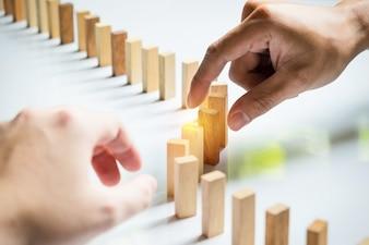 Mettere un blocco di blocchi di legno Business team che risolve un problema