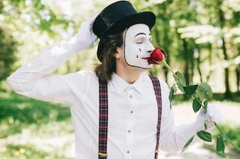 Mime che odia una rosa in un parco