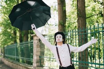 Mimica playin con un ombrello