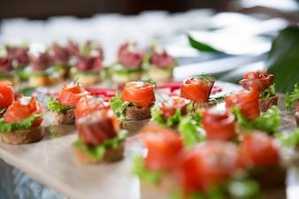 Mini Tartine con salmone affumicato sul tavolo del buffet