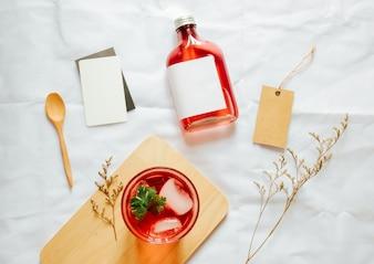 Mockup di branding freddo del tè di birra impostato con vetro di tè freddo e carta del tag
