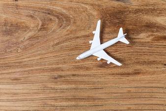 Modello aereo posto su una tavola
