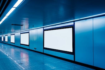 Moderno corridoio di aeroporto o metropolitana con cartelloni pubblicitari in bianco