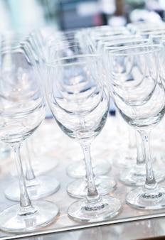 Molti bicchieri vuoti in una linea