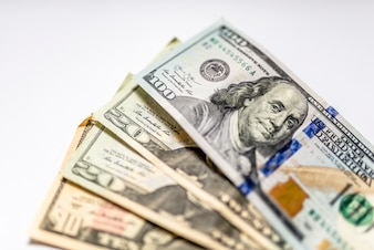 Molti dollari su uno sfondo bianco isolato. dollaro sfondo. sfondo di molte banconote in dollari americani