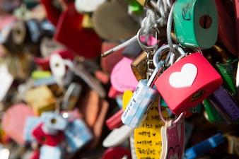 Molti lucchetti cuore simbolo di amore