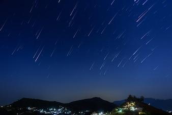 Moutain su uno sfondo del cielo stellato.