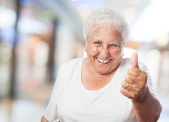 Nonna con il pollice