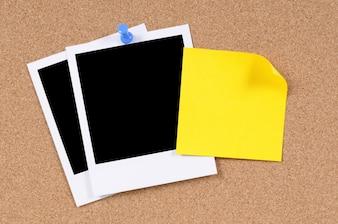 Nota appiccicosa gialla con foto istantanee