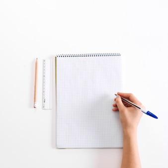 Notebook e scolara in bianco