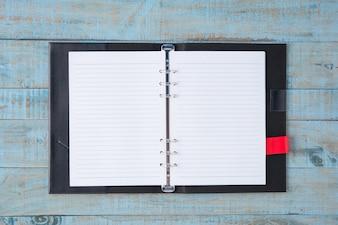 Notebook sulla tavola di legno blu