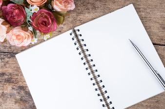 Notebook vuoto vintage su sfondo arrugginito di legno