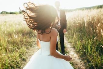 Nozze. La sposa in un abito bianco e uno sposo in una giacca sono accesi