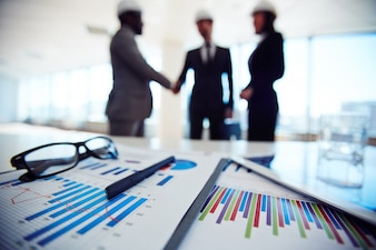 Oggetti di business con i dirigenti discutendo progetto alla riunione