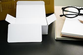 Pacchetto di biglietti da visita aziendali in bianco sul tavolo del lavoratore