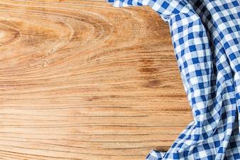 Panno da tavola blu su sfondo bianco, copia spazio, vista dall'alto.