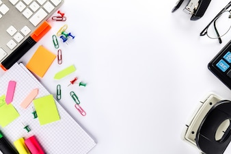 Panorama piatto del concetto di affari. Accessori di ufficio su bianco luminoso della tabella. Sopra.