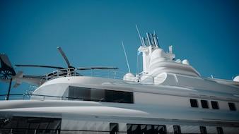 Particolare di yacht di lusso con un elicottero in cima.
