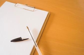 Penna a sfera e appunti con documenti