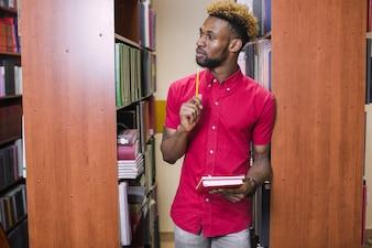 Pensive uomo nero nella biblioteca