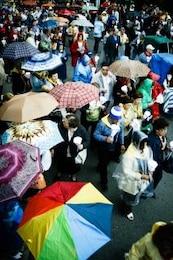 persone con ombrello s