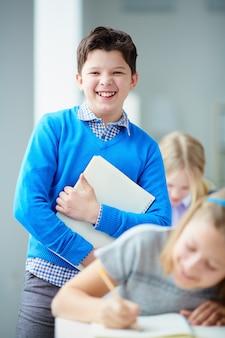 Persone giovincello diligente sorridente intelligente