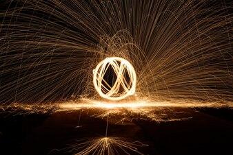 Persone straordinarie astratto ballo fiammeggiante