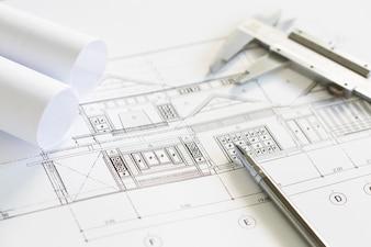 Piani di costruzione e strumenti di disegno su progetti