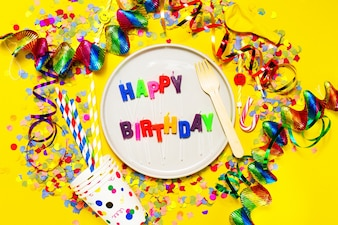 """Piastra con le lettere """"buon compleanno"""" con la decorazione di festa"""