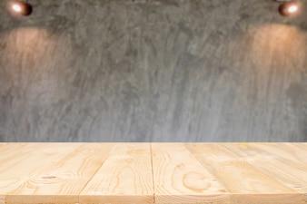 Piattaforma vuota di spazio per la tavola di legno e priorità bassa sfocata per il montaggio dello schermo del prodotto.