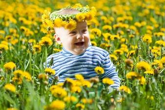 Piccolo bambino in cappello di fiori