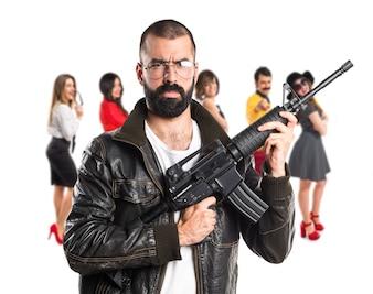 Pimp uomo in possesso di un fucile