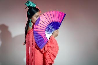Piuttosto giovane ballerino di flamenco in abito bello.