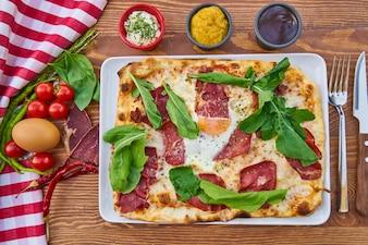 Pizza con verdure colorate e salsa